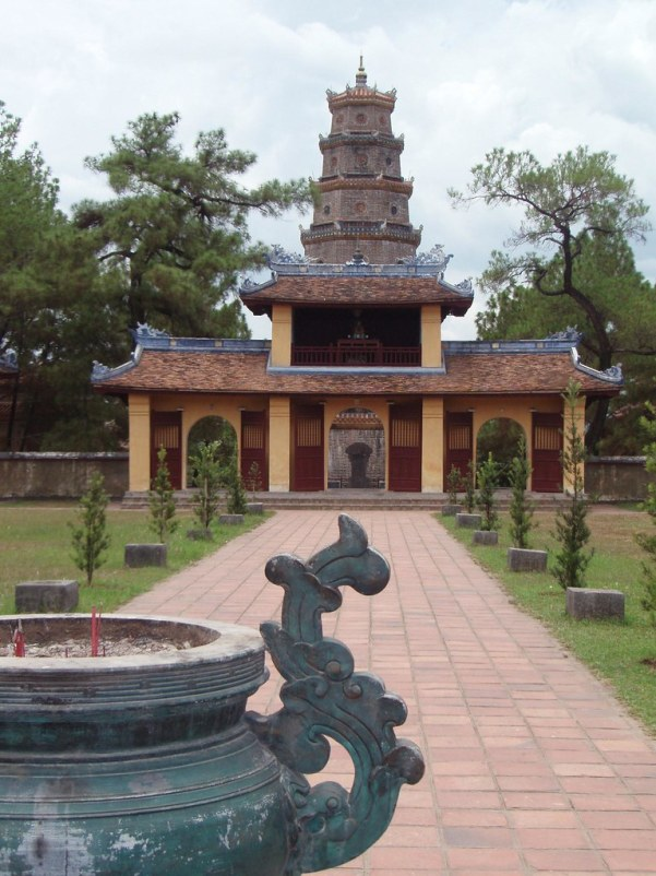 La Pagoda de Thien Mu al fondo
