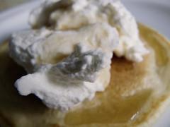 Tortita con nata y sirope de arce