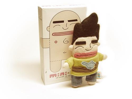 Um boneco mini-mi e sua caixa ao fundo