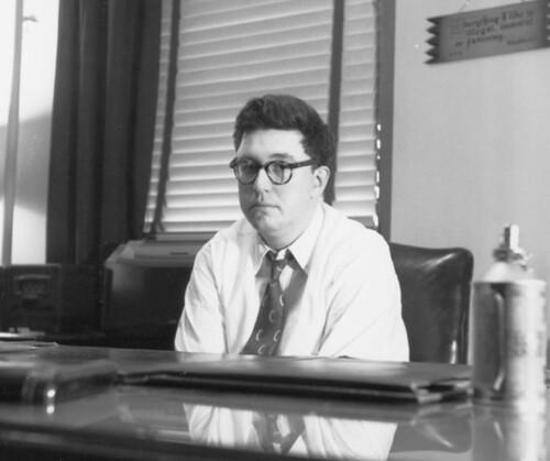 Gaines en su oficina pensando como superarse a si mismo en una carátula freak