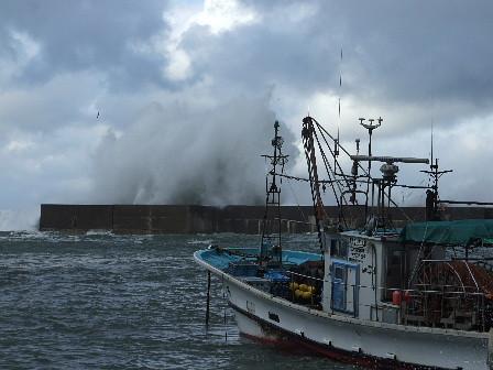 漁船と突堤に打ち付ける波~桑川港