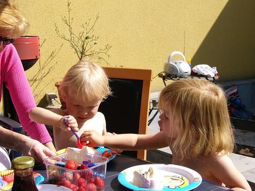 Rune en Elle eten ijs