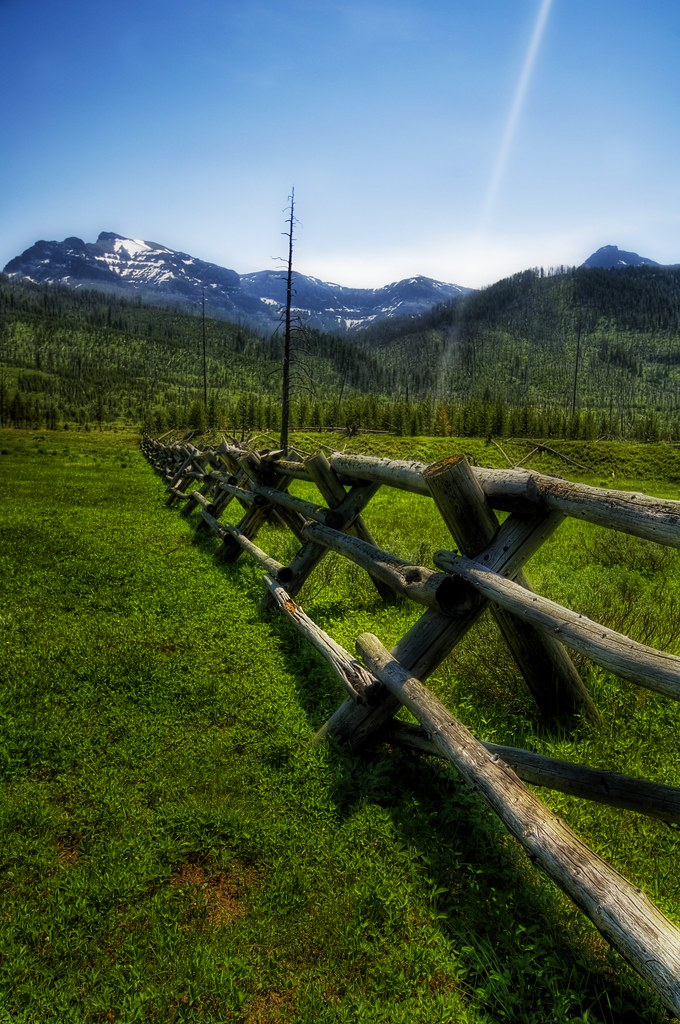 Infinite Fence to the Mountains