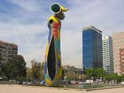Joan Miró. Escultura mujer y pájaro en el Parque de Joan Miró de Barcelona. 1982.