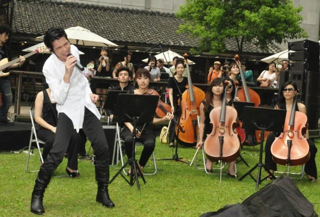 蕭敬騰在蔡瑞月舞蹈研究社的現場演唱,由弦樂團伴奏。