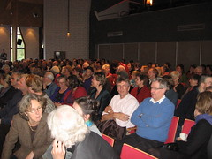 De zaal met o.a. Simone Noortman en Cees van Veldhuizen (in wit)