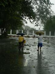 typhoon frank_3 men on umbrellas_gate 4 malacanang
