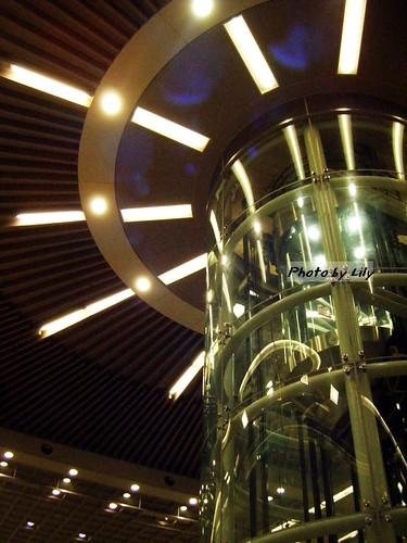 高捷三多商圈站的透明筒狀電梯。