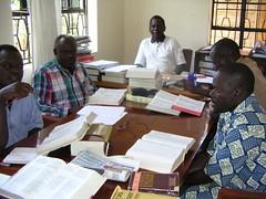 Bischof Okumu (2.v.l.), Pfarrer Okumu (r.)