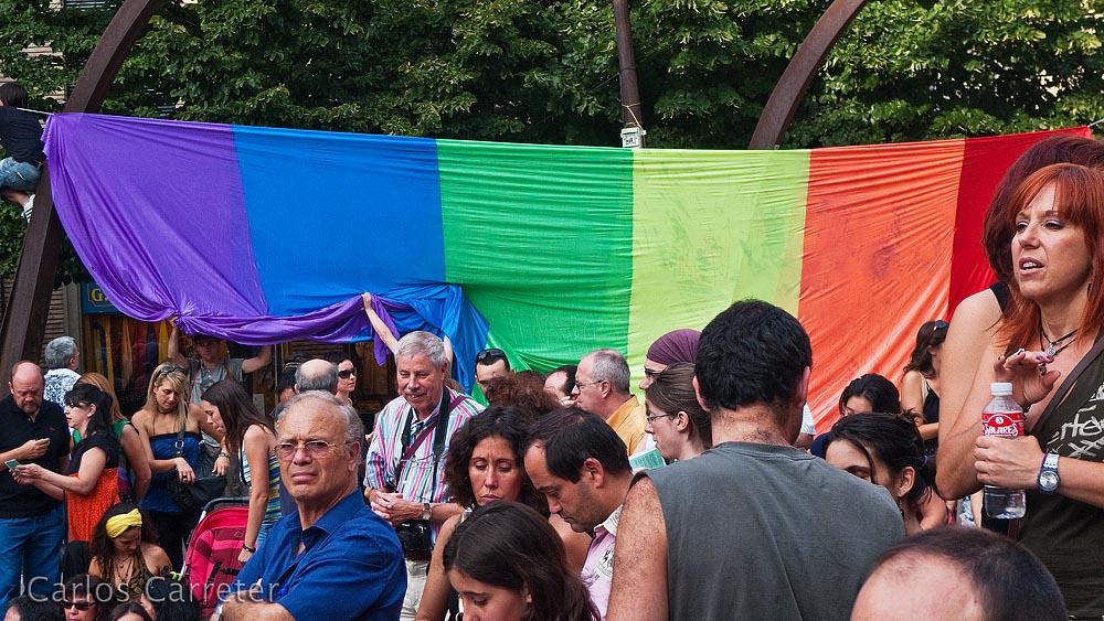 Tras los espectadores de la danza, una bandera reivindica los derechos de los gays y lesbianas