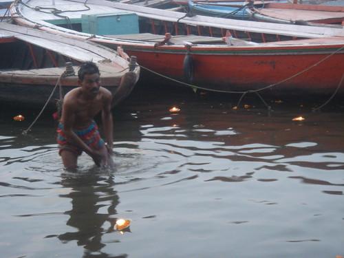Ganges River1-28清早就有人在沬浴