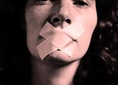 el silencio nos hace complices