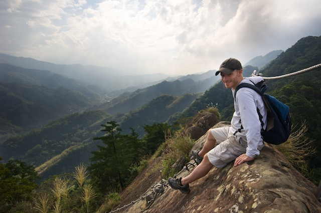 Ross about to descend the very long rope ladder at Wu Liao Jian 五寮尖 mountain, near Taipei, Taiwan.
