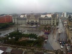 El Palacio Nacional recibiendo su primera lluvia