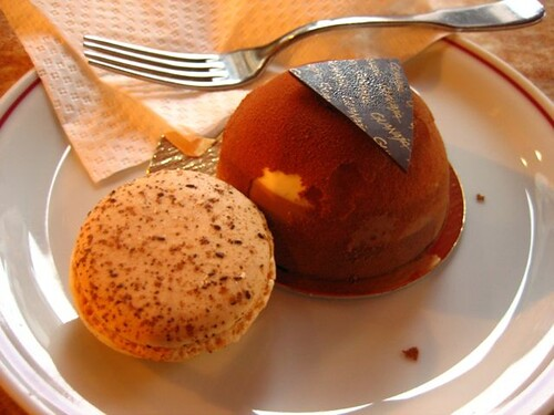 ในร้านเดียวกัน สั่งช�คมูสซัมซิงมา กะ มะกะฮง (macaron) มูส�รึ่ยส์มีก ทั้งๆที่รู้�ยู่แล้วว่ารสชาติจะเป็นแบบนี้ ต�นตัดเนื้�ก็แน่นๆไม่น่าจะ�ร่�ยมาก แต่มันละลายในปากพร้�มกับความช�คโกแลตข�งมัน ไม่หวานมากด้วย ส่วนมะกะฮงเราเฉยๆ�่ะ ไส้มันเหนียวๆและหวานมาก