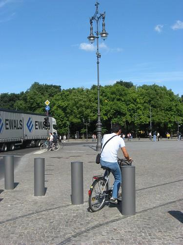 Carril Bici sutil en Berlin cercania Puerta Branderburgo