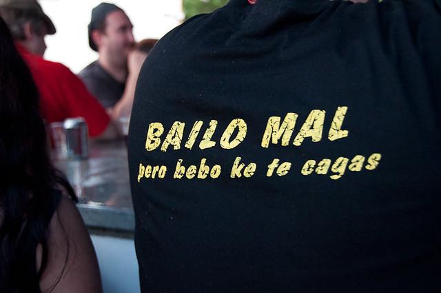 "Camiseta con mensaje: ""Bailo mal pero bebo que te cagas"""