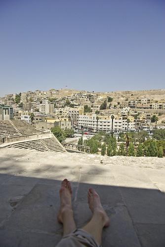 Mijn voeten boven op het Romeins theater van Amman