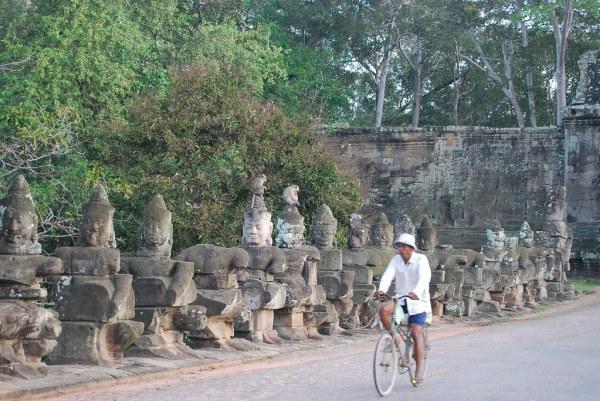 Ciclista camboyano en Angkor