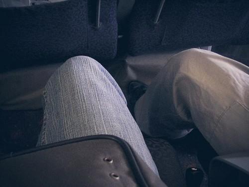배 안에 앉아서 찍은 내 다리. 청바지를 입고 있다.