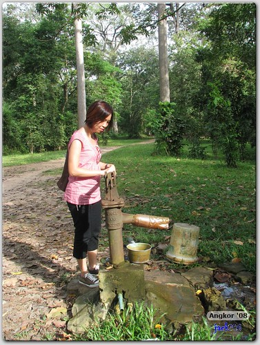 chengyee trying out the tap water at Tep Pranam