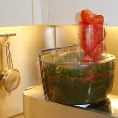 Kräuter und Tomaten im foodprocessor