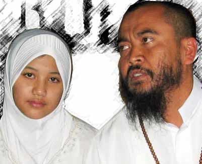 Syech Puji bersama istri mudanya, Lutfiana Ulfa (foto hak cipta misterionline.com)