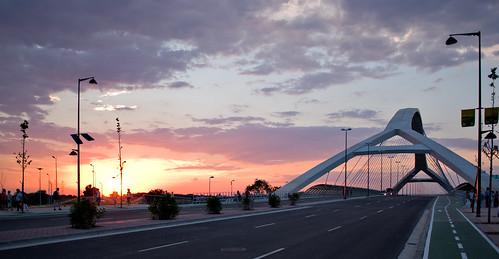 Puesta de sol y puente