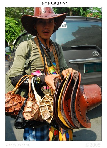 leather hat and handbag peddler in Intramuros, Manila street vendor  Buhay Pinoy Philippines Filipino Pilipino  people pictures photos life Philippinen