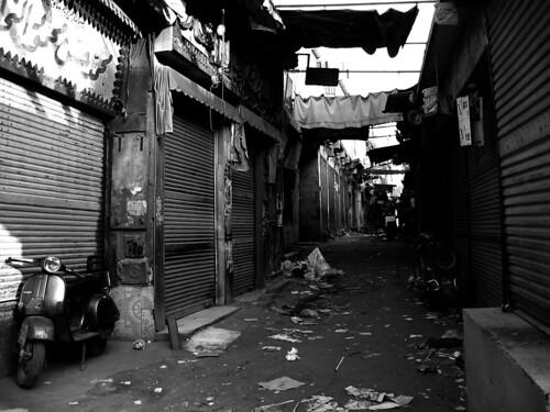 Vespas en un callejón de Khan el-Khalili