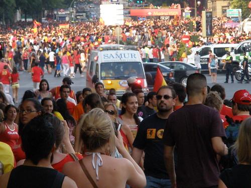 La madrileña Plaza de Colón y alrededores a rebosar de gente