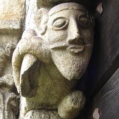 archaische Figur am Seitenportal
