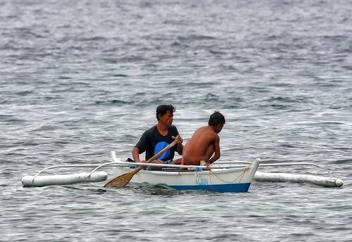 Tambuli Beach Resort, Mactan Island Cebu A fisherman teaches his son how to fish fishing Buhay Pinoy Philippines Filipino Pilipino  people pictures photos life Philippinen   bangka