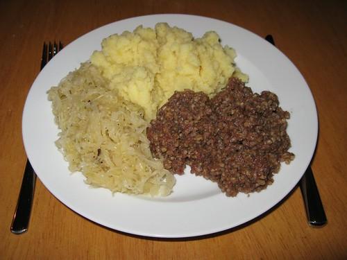 Stippgrütze mit Sauerkraut und Kartoffelpürree