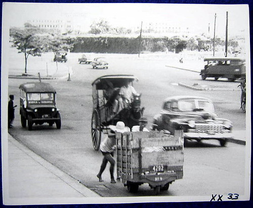 kariton calesa kalesa pushcart jeepney car street scene noon old pictures black and white Pinoy Filipino Pilipino Buhay  people pictures photos life Philippinen  菲律宾  菲律賓  필리핀(공화�) Philippines intramuros?
