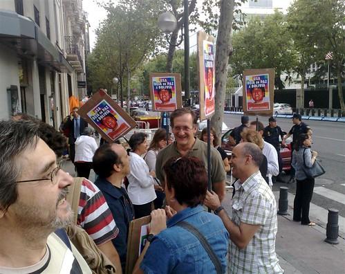 Manifestantes frente a la embajada de EEUU en Madrid