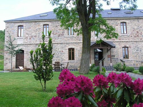 La casa en primavera con el rododendro de protagonista.