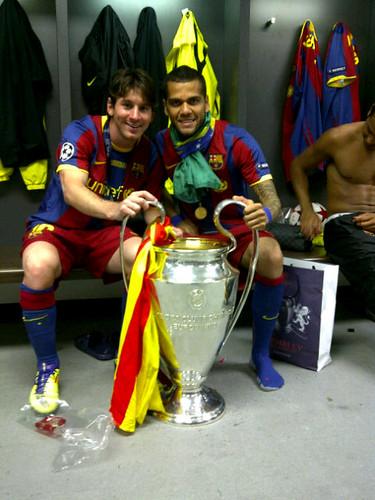 Messi y Alves con la Copa