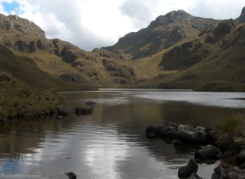 Ecuador - Parque Nacional Cajas - Laguna Canutillos and the Trail up to the Pass