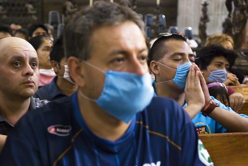 Feligreses rogando por el fin de la epidemia / praying for health (by Eneas)