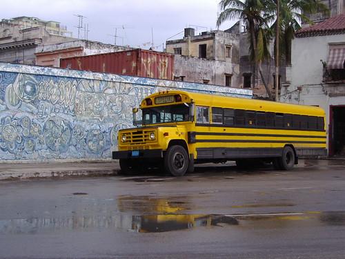 Autobús delante de un graffiti cubano, en La Habana