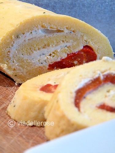Rotolo al parmigiano con peperoni marinati e formaggio alle erbe