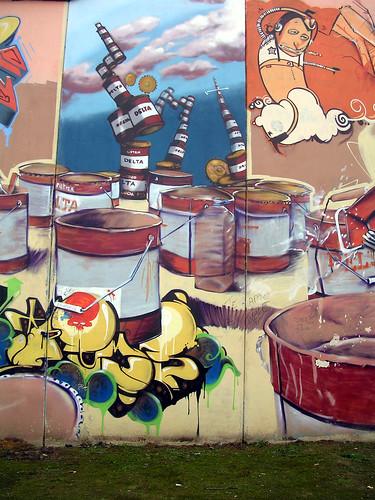 Montaña de latas de pintura