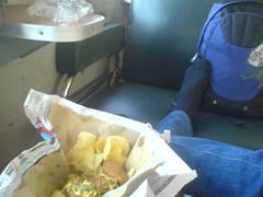 makan nasi kuning di kereta