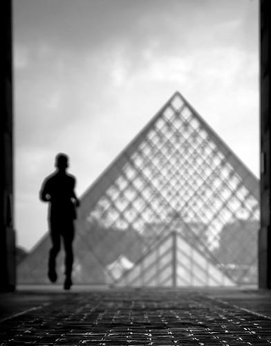 La Pyramide du Louvre by Gregory Bastien