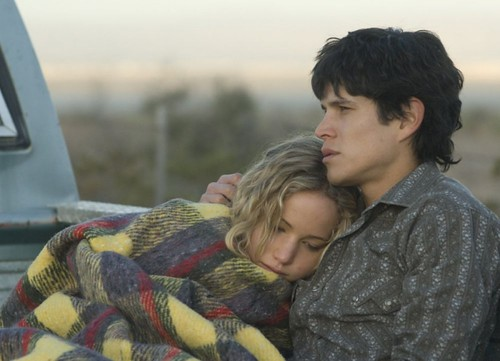 jennifer-lawrence-e-diego-j-torres-in-una-scena-del-film-drammatico-the-burning-plain da te.