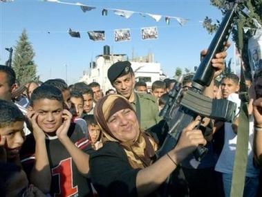 Obwohl ausgemergelt, erzieht die palästinensische Mutter weiter zu Frieden und Koexistenz.