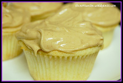 vanilla cupcake w peanut butter frosting