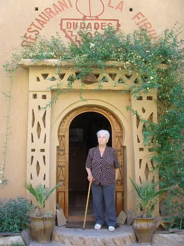 La iaia Maria a l'entrada de La Fibule, a les Gorges de Dades