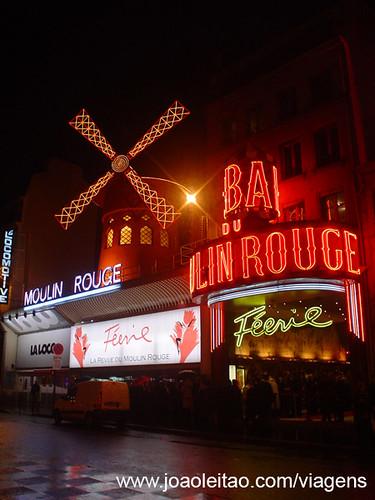 Moulin Rouge no centro de Paris em França